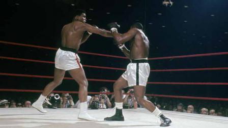 Petinju kelas berat Muhammad Ali melontarkan pukulan ke wajah Sonny Liston, yang kemudian disebut 'pukulan hantu' lantaran sang rival langsung terjatuh kendati disinyalir pukulan tidak begitu keras.