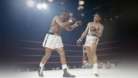 Petinju kelas berat Muhammad Ali (kanan) vs Sonny Liston (kiri) dalam pertarungan Gelar Kelas Berat Dunia yang pertama (25/05/1994) di Convention Hall di Miami, Florida.