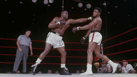 Petinju kelas berat Sonny Liston (kiri) melakukan pukulan keras ke wajah Muhammad Ali dalam pertarungan Gelar Kelas Berat Dunia pertama (25/05/1994)