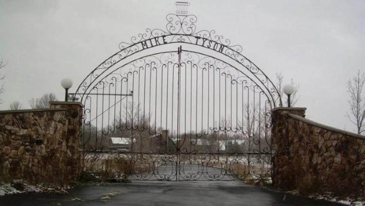 Bekas rumah Mike Tyson yang gerbangnya dihiasi nama sang petinju. Copyright: imgur/www.illicitohio.com