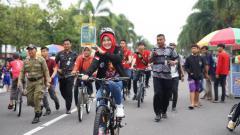 Indosport - Bupati Klaten Sri Mulyadi saat ini tengah viral lantaran dugaan kampanye terselubung tetapi diketahui mempunyai kepedulian pada olahraga.