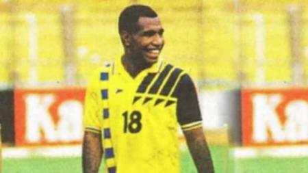 Jauh sebelum Indonesia mengenal Boaz Solossa, nama Izaac Fatari lebih dulu membumi di jagad sepak bola nasional - INDOSPORT