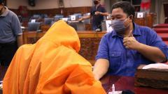 Indosport - General Manager PSIS Semarang, Wahyu Winarto, saat ikut rapid test virus corona.