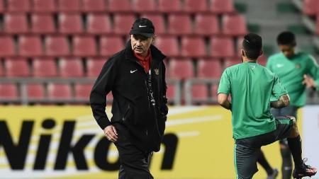 Eks pelatih timnas Indonesia, Alfred Riedl, baru saja menjadi bahan pembahasan media vietnam, zingnews, karena kegagalannya. - INDOSPORT