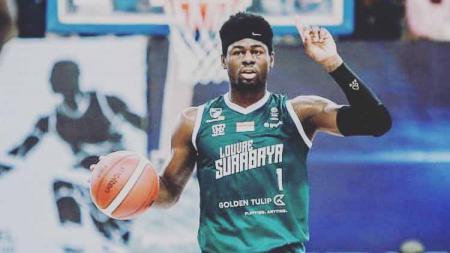Pebasket asal Amerika Serikat yang saat ini bermain untuk tim Louvre Surabaya, Michael Kolawole mengungkapkan dilema harus pulang kampung karena virus corona. - INDOSPORT