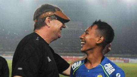 Pelatih klub Liga 1 Persib Bandung Robert Rene Alberts (kiri) dan wonderkid Beckham Putra Nugraha (kanan). - INDOSPORT