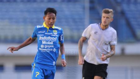 Gelandang tim Persib Bandung, Beckham Putra Nugraha, menerima dengan lapang dada keputusan Piala Dunia U-20 yang batal digelar pada 2021. - INDOSPORT