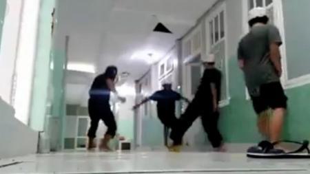 Sejumlah pasien virus corona di rumah sakit Kota Ternate, Maluku Utara, bermain sepak bola di lorong demi mengobati rasa jenuh dan stres selama karantina. - INDOSPORT