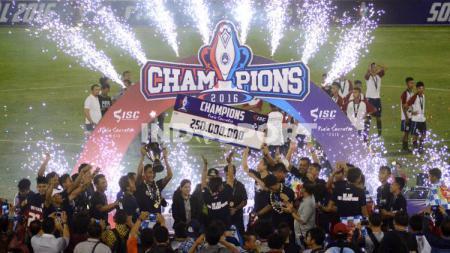 Persab Brebes Jr merayakan gelar juara Piala Soeratin 2016. - INDOSPORT