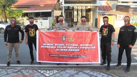 Aksi kemanusiaan Black Steel FC di Kota Makassar. - INDOSPORT