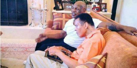 Legenda tinju Mike Tyson dan Muhammad Ali tampak membaca Alquran bersama. Copyright: Internet