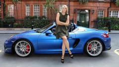 Indosport - Maria Sharapova dan mobil Porsche birunya.