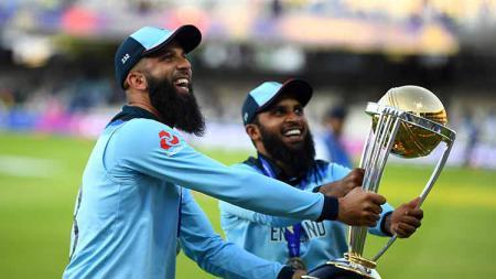 Atlet kriket asal Inggris beragama Islam, Moeen Ali dan Adil Rashid, menolak menenggak minuman keras (miras) saat merayakan gelar Piala Dunia Kriket. - INDOSPORT