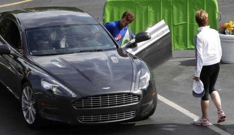 Andy Murray mengendarai mobil Aston Martin. Copyright: http://www.sportune.fr/