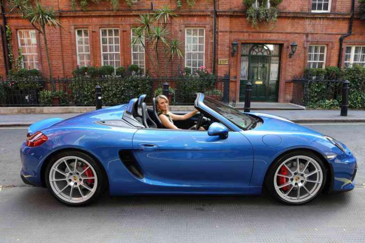 Maria Sharapova dan mobil Porsche birunya. Copyright: http://www.motrface.com/