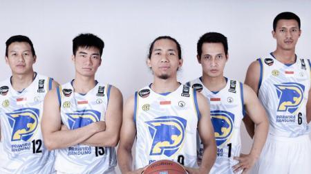 Arif Hidayat (tengah) mengungkap masalah dalam skuat Prawira Bandung saat awal IBL musim ini. - INDOSPORT