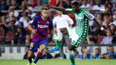 Indosport - Jordi Alba (kiri) ketika berduel dengan Emerson Royal (kanan), pemain muda Barcelona yang dipinjamkan ke Real Betis