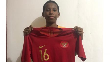 Jersey Timnas Indonesia milik bek asal Papua yang bermain di kompetisi Liga Thailand, Rudolof Yanto Basna sudah laku terjual dengan harga Rp8,2 juta. - INDOSPORT