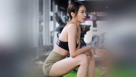 Aktris cantik asal Malaysia, Cathryn Lee, ternyata punya cara unik untuk mempertahankan bentuk tubuhnya, yakni berolahraga dengan menggunakan ember. - INDOSPORT
