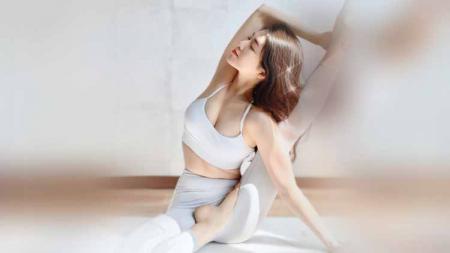 Kim Syung Hee merupakan salah satu instruktur yoga papan atas di Korea Selatan yang kerap disebut mirip dengan selebriti Bae Suzy. - INDOSPORT