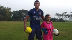 Indosport - Joko Ribowo dan putrinya saat melakukan latihan sepak bola di Lapangan Singgo Joyo, Pati.