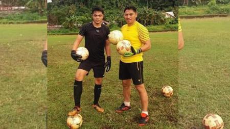 Kiper Borneo FC, Gianluca Pandeynuwu bersama sang ayah, Hendra Pandeynuwu. - INDOSPORT