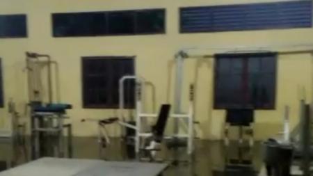 Kondisi tempat atlet Pelatda Angkat Berat Sumut yang sering kebanjiran. - INDOSPORT