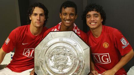 Istanbul Basaksehir memiliki pemain yang pernah memperkuat Manchester United, Rafael da Silva (kanan). - INDOSPORT