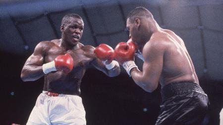 Nama Buster Douglas mencuat usai menjadi penghancur Mike Tyson. Namun, kariernya di tinju profesional hancur karena Evander Holyfield. - INDOSPORT