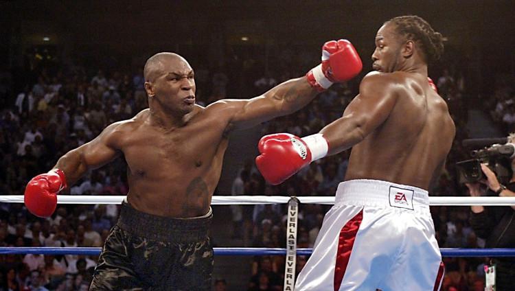 Mike Tyson vs Lennox Lewis dalam pertandingan tinju. Copyright: Jeff Haynes/AFP via Getty Images