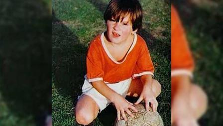 Lionel Messi lahir pada 24 Juni 1987 di Rosario, Argentina. Sejak usia 4 tahun, ia sudah dimasukkan ke klub sepak bola lokal oleh orangtuanya.