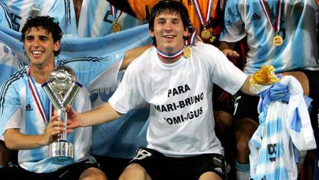 Di level timnas, Lionel Messi kurang beruntung. Ia memang pernah membawa Argentina kampiun Piala Dunia U-20 pada 2005 dan meraih medali emas Olimpiade 2008. Akan tetapi, ia belum pernah meraih juara apapun di level Timnas senior.