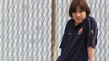 Pada September 2000, Lionel Messi menjalani trial di Barcelona. Sebagai pemain muda asing, ia kesulitan dapat jam terbang lantaran proses transfer yang bermasalah. Tak cuma itu, kendala bahasa membuatnya menjadi orang pendiam dan kangen Argentina.