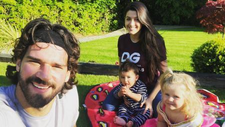 Alisson Becker piknik di halaman rumah bersama istri dan kedua anaknya - INDOSPORT