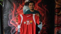 Indosport - Eks Persema Malang, Pitono melalui Dokjreng FC ikut melelang jersey pribadinya yang mengiringi jalan Arema menuju tanga juara ISL 2009/10.