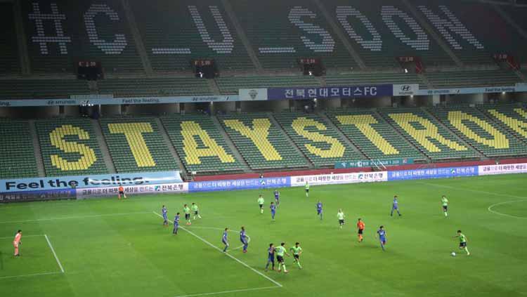 Pesan haru tertulis di tribun stadion saat laga Liga Korea Selatan kembali digelar Copyright: news.sky.com