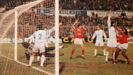 Momen mantan pemain Persija dan Gelora Dewata, Vata Matanu Garcia, saat membobol gawang Olympique Marseille kala memperkuat Benfica di semifinal Liga Champions 1989/1990. - INDOSPORT