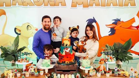Seperti karier di sepak bola, kehidupan pribadi Lionel Messi juga sukses. Ia menikah dengan kekasihnya sejak remaja, Antonela Rocuzzo, dan telah dikaruniai tiga putra.