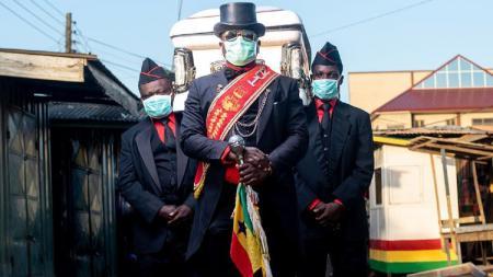 Penari peti mati Ghana atau yang dikenal sebagai pall-bearer secara bercanda menyatakan jika ingin membawa Ronaldinho ke pemakamannya. - INDOSPORT
