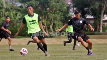 Bintang klub Liga 1 PSS Sleman, Wahyu Sukarta (kiri), ungkap caranya membantu menekan laju penyebaran Covid-19 yang masih meraja lela di Indonesia. - INDOSPORT