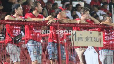 Suporter Bali United asal Belanda saat hadir dalam partai lawan Badak Lampung di Liga 1 2019 lalu.