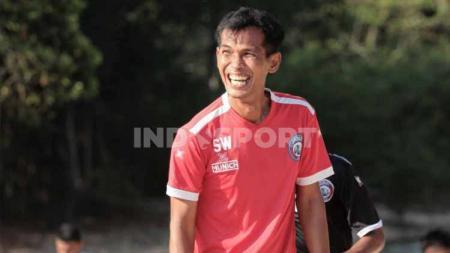 Siswantoro saat menjadi asisten pelatih Arema FC. - INDOSPORT