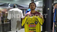Indosport - Sesi kedua lelang jersey untuk aksi mengatasi pandemi virus corona yang digelar Dokjreng FC tampak unik, karena juga diikuti oleh seorang Aremania.