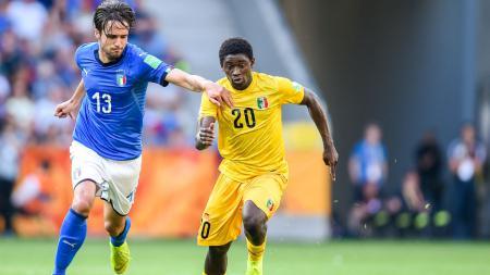 Pemain yang menjadi target AC Milan, Sekou Koita nyatanya pernah bertarung dengan bintang Persib Bandung, Ezechiel N'Douassel. - INDOSPORT