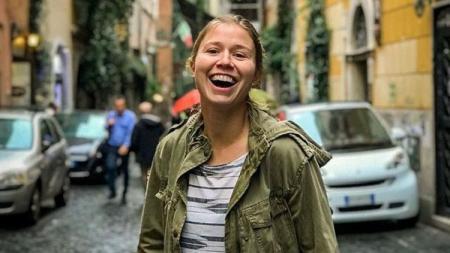 Asisten pelatih sepak bola, Rebecca Moros, yang cantiknya bikin hati adem. - INDOSPORT