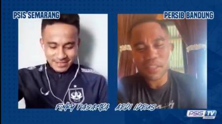 Finky Pasamba (kiri) ketika melakukan video call dengan Ardi Idrus. - INDOSPORT