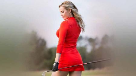 Pegolf cantik asal Amerika Serikat, Paige Spiranac tengah memamerkan pose menggodanya dengan memegang erat stick golf yang ia miliki. - INDOSPORT