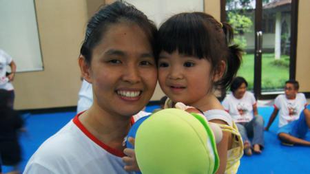 Mantan pebulutangkis Indonesia, Jo Novita, bersama sang putri. - INDOSPORT
