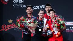 Indosport - Praveen Jordan dan Melati Daeva saat satu podium dengan Wang Yilyu dan Huang Dongping