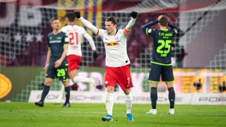 Dua raksasa Liga Inggris, Liverpool dan Manchester United, dikabarkan siap saling sikut demi mendapatkan tanda tangan bintang versatile RB Leipzig. - INDOSPORT